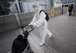 Путешественник в защитном костюме