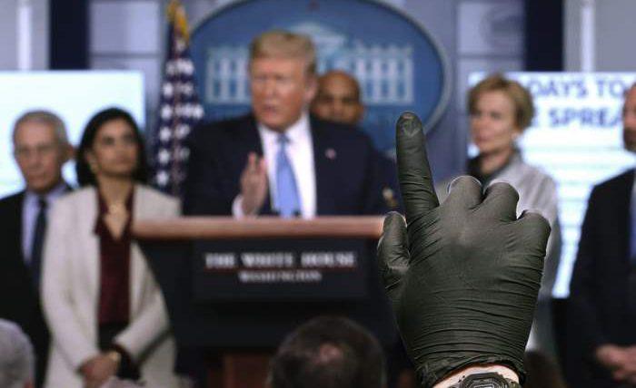 Репортер в латексной перчатке