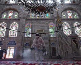 дезинфицирует мечеть