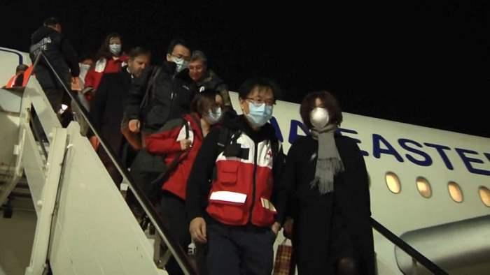китайские медики с гуманитарной помощью