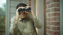 шпионит за соседями