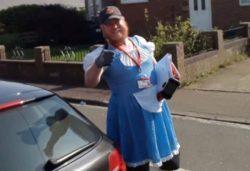 Британский почтальон начал одевать разные костюмы, чтобы развлечь людей на изоляции