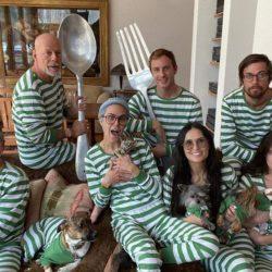 Брюс Уиллис и Дэми Мур сфотографировались в одинаковых пижамах во время изоляции