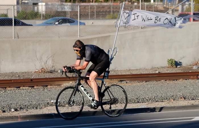 Велосипедист развевает знамя
