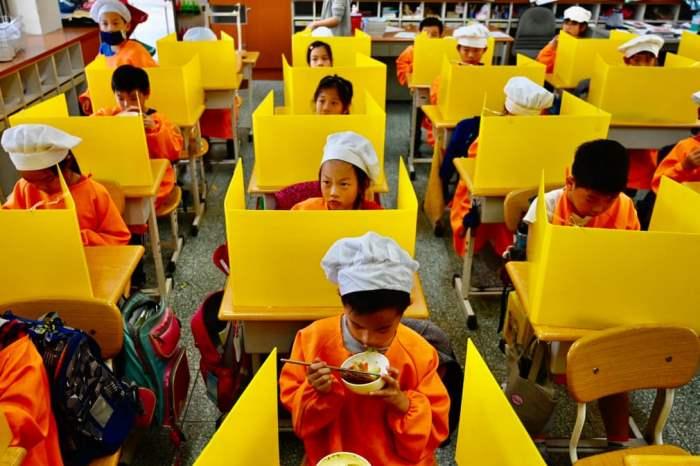Дети едят обед