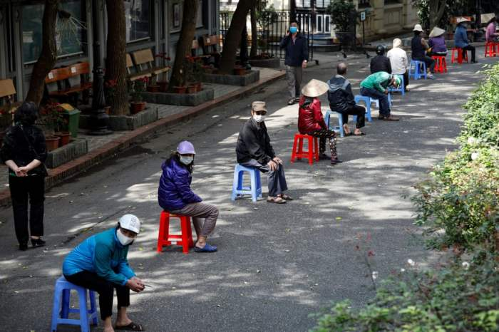 Люди ждут пожертвований риса