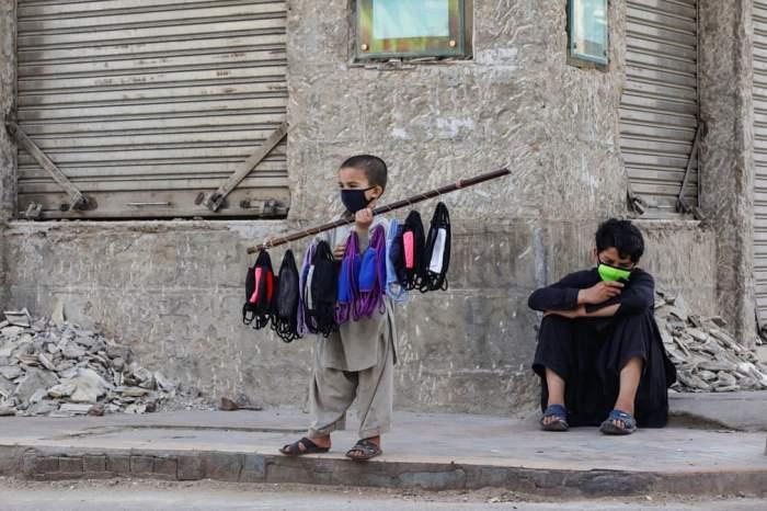 Мальчик продает маски