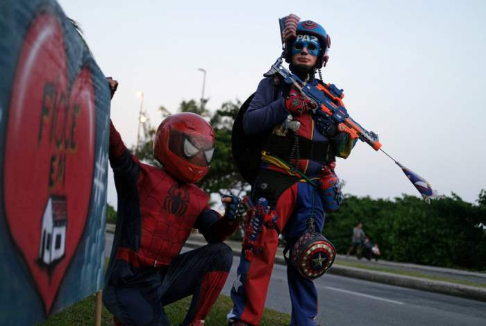 Мужчины, одетые как супергерои