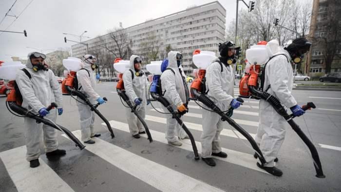 Муниципальные работники в защитных костюмах