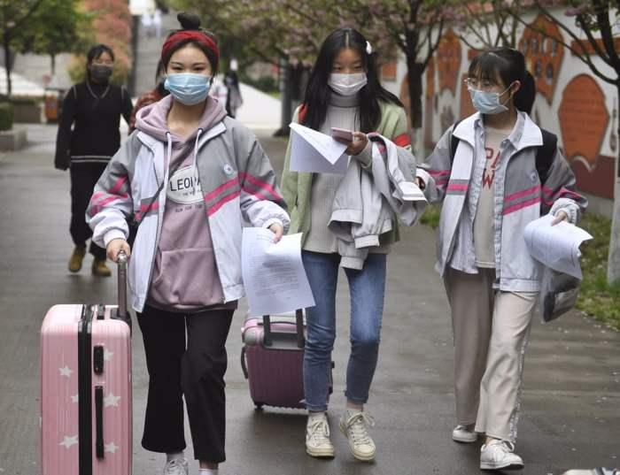 Студенты идут в кампус
