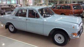 автосалон с новыми советскими автомобилями