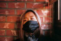 Южная Корея оденет электронные браслеты для людей в карантине