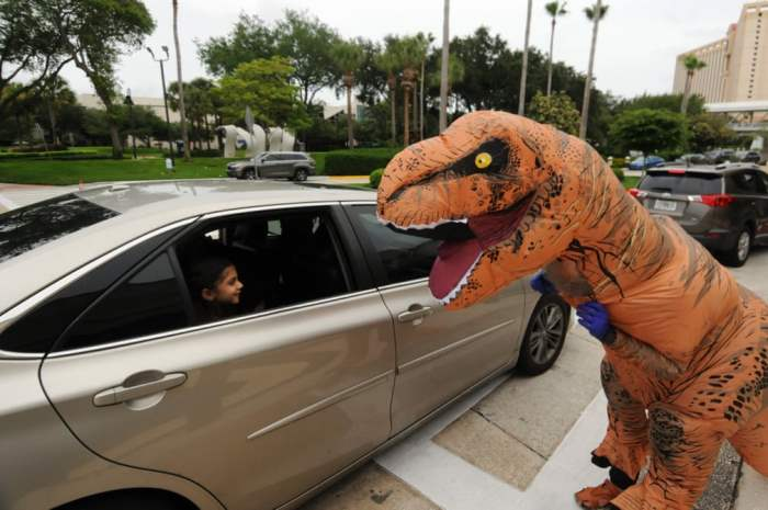 Артистка в костюме динозавра