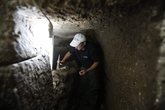 Археолог Барак Монниккендам-Гивон