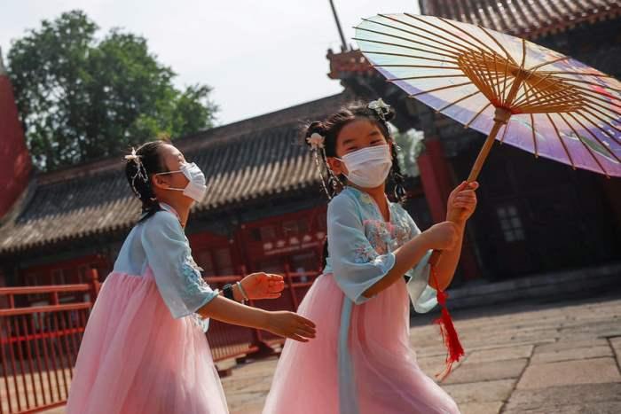 Дети играют на улице в Пекине