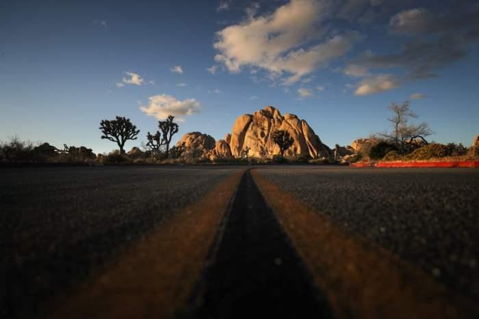 Дорога ведет к скальным образованиям
