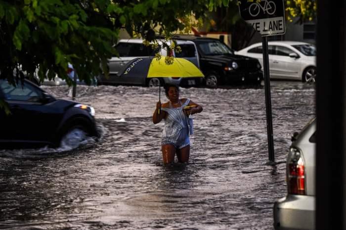 Женщина идет в паводковых водах