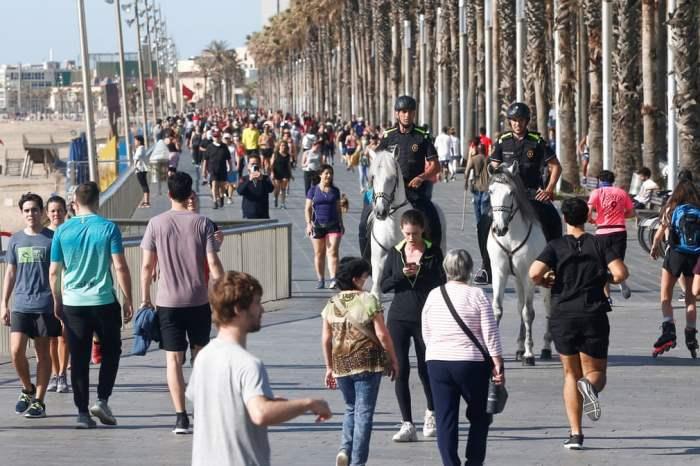 Жители прогуливаются по набережной Пасео Маритимо