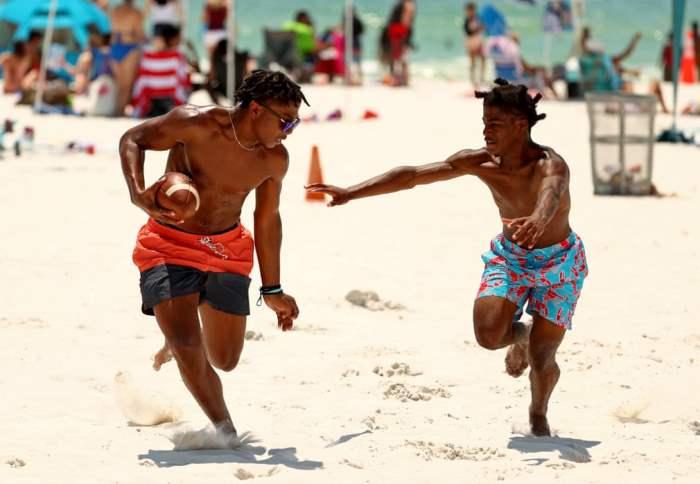 Люди играют на открытом пляже в Клируотере