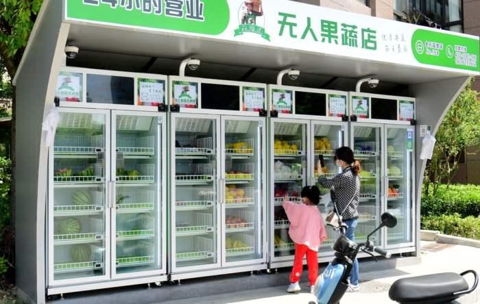 Люди покупают фрукты и овощи