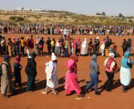 Люди стоят в очереди за продовольственной помощью