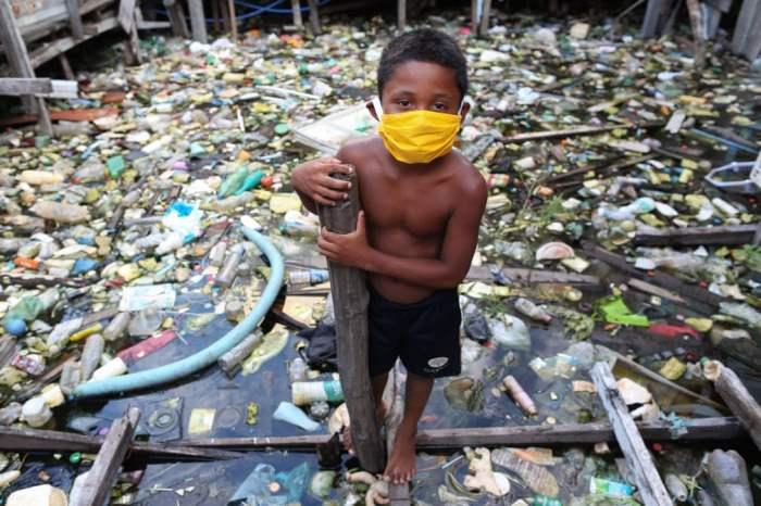 Мальчик из прибрежной общины Educandos