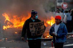 В Миннеаполисе чрезвычайное положение. Протестующие сожгли полицейский участок.