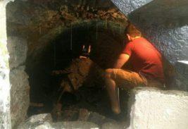 Молодой человек толкнул стену в подвале