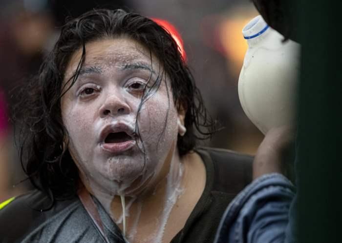 Молоком облили лицо женщины