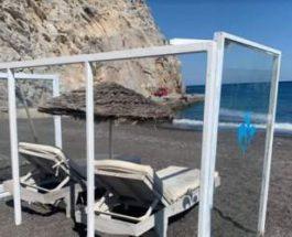 На пляжах в Греции устанавливают пластиковые кабинки