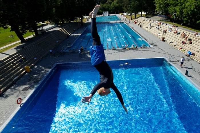 Пловец ныряет в воду