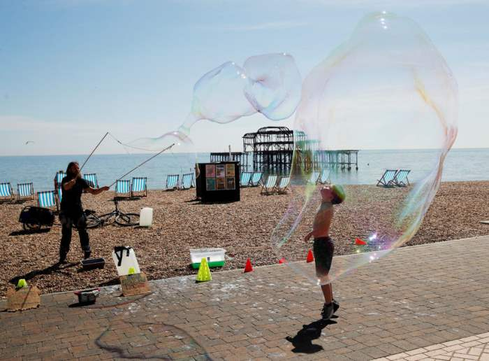 Ребенок играет с мыльными пузырями