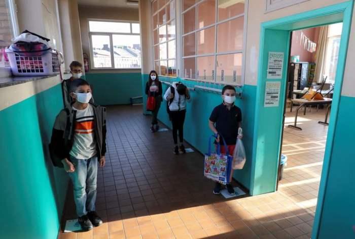 Ученики в защитных масках