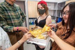 Официально: В Якутске пиццу начали доставлять стриптизерши (ФОТО)