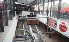 большой автобус врезался в здание вокзала