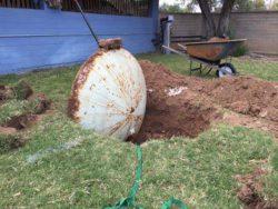 Мужчина начал убирать свой двор и наткнулся на беспрецедентную находку!