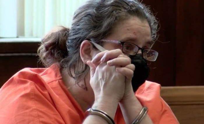 изнасиловала свою маленькую дочь