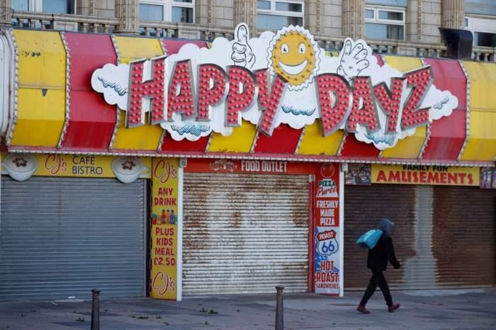 мимо закрытых магазинов