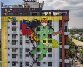 рисуют фреску с изображением вымышленного супергероя
