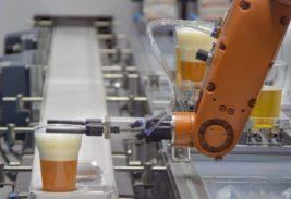 робот наливает пиво