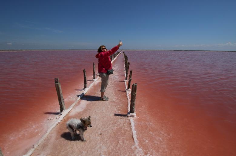 Женщина делает селфи на площадке по производству соли