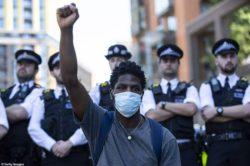 Перед посольством США в Лондоне начались протесты. Англию могут охватить беспорядки.