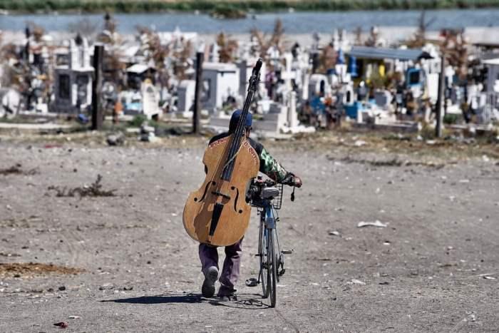 Музыкант уходит после игры на похоронах