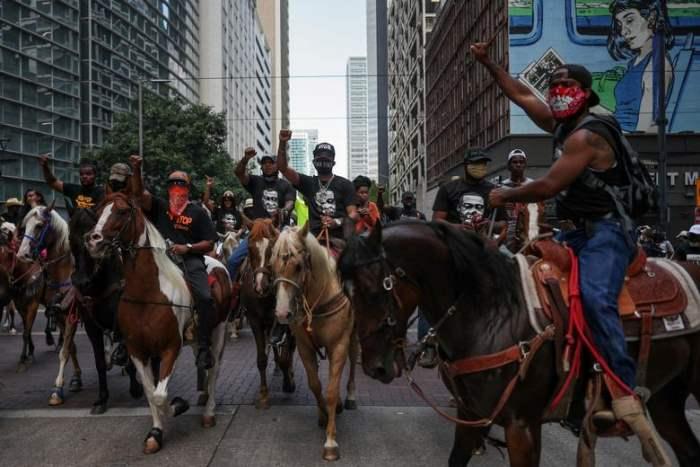 Протестующие на лошадях