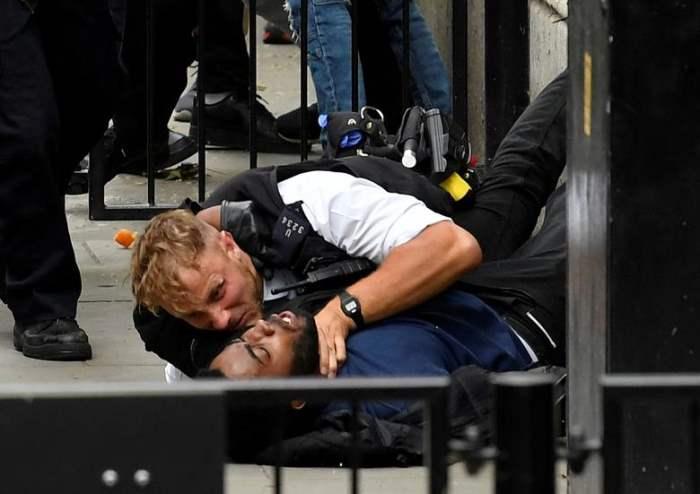 Протестующий и полицейский