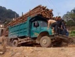 Шокирующая авария с перегруженным грузовиком зафиксирована на ВИДЕО