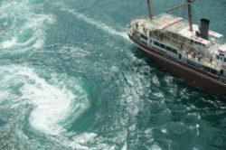 Аномалия: корабли и огромный танкер попали в гигантский водоворот в Атлантике
