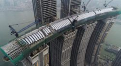 Горизонтальный небоскреб Raffles City Chongqing открывается в Китае