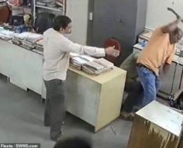 Женщину избил коллега