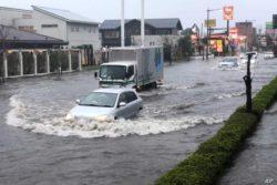 В Японии эвакуируют людей из-за сильных проливных дождей